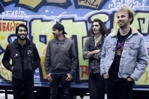 De G à D :Vincent (chant/guitare), Jeremy (batterie), Léo (guitare/chant), Adrien (basse)