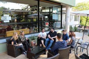 Les jeunes reporters et les BBOM, sur la toute nouvelle terrasse de la CLEF