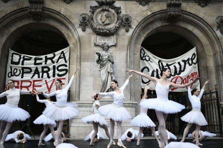 Le-Lac-des-Cygnes-sur-le-parvis-quand-l-Opera-de-Paris-fait-la-greve