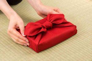 Le furoshiki, enveloppage cadeau en tissus