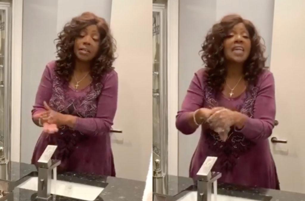 Gloria Gaynor montrant un geste barrière en se lavant les mains et chantant son tube en vidéo